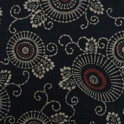 tissu japonais arabesques et fleurs stylisées bleu foncé avec du rouge