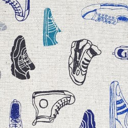 Tissu coton et min baskets sneakers sur fond naturel