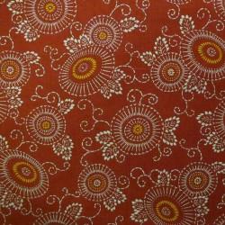 Tissu japonais rouge faux uni motif fleurs et arabesques