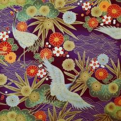 Tissu violet avec grues, feuilles, fleurs